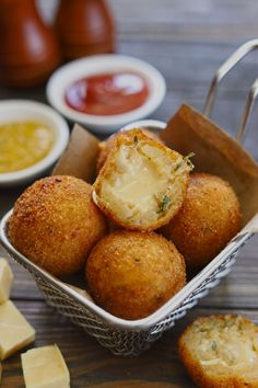 Side shot of stacked potato cheese balls in a frying basket. Potato Cheese Balls Recipe, Cheese Ball Recipes, Cream Cheese Recipes, Cereal Recipes, Snack Recipes, Cooking Recipes, Bruschetta, Tapas, Vegetable Cutlets