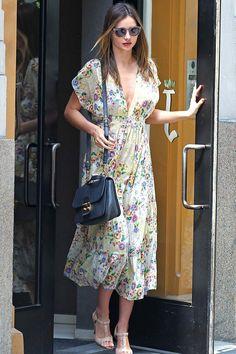 ¿NADA QUE PONERTE? Comenzamos la semana con un vestido de estampado floral con amplio escote y accesorios discretos, como Miranda Kerr.