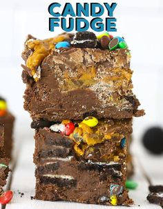 Whenever I am craving something sweet, candy fudge is my go to especially during the holidays! Not only is fudge the perfect treat for those cravings, but its so easy to make! It's also great for gift giving, cookie exchanges, using leftover Halloween candy or leaving out for Santa. Let me show how to make this easy candy filled fudge today! Fudge Recipes, Best Dessert Recipes, Candy Recipes, Coffee Recipes, Dessert Ideas, Easy Desserts, Dinner Recipes, Easy Thanksgiving Recipes, Fall Recipes
