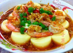 預熱蒸爐,把拍好的鮮蝦豆腐下鍋,大火隔水蒸5-8分鐘。鮮蝦熟透即可。