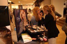 Ein gratis Kurz-Make-up beim Klamotten-Shopping? Das gibt's! Von Zeit zu Zeit kooperieren wir mit ansässigen Textileinzelhändlern, wobei unsere Visagisten eine schnelle Auffrischung schenken! Wunderbar!