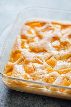 Deliciously simple peach cobbler made with pancake mix Bisquick Peach Cobbler is a classic dessert that is comforting, quick, and easy and is sure to be huge back to school hit at your dinner table! Köstliche Desserts, Delicious Desserts, Dessert Recipes, Dessert Bowls, Recipes Dinner, Yummy Food, Peach Cobbler With Bisquick, Easy Peach Cobbler, Cake Mix Peach Cobbler