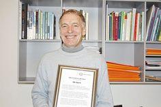 Ole Kyed med sin ærespris for arbejdet for de højt begavede børn.