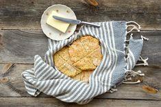 Rieskat ovat arjen pelastus, kun leipälaatikko ammottaa tyhjyyttään. Hyödynnä kaurapuuron tähteet rieskataikinaan ja herkuttele gluteenittomilla leipäsillä. Coin Purse, Coin Purses