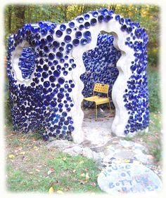 35 Creative Backyard Designs Adding Interest to Landscaping Ideas / blue bottle house/ wall made like this would be ideal Bottle House, Bottle Wall, Bottle Garden, Glass House, Yard Art, Earthship Home, Recycled Glass Bottles, Bottle Trees, Natural Building