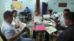 El Jurado deliverando y evaluando todos los dibujos concursantes en nuestro concurso EnAmorArte de la Cruz Roja