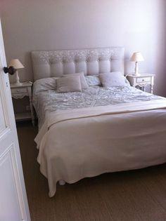 Tête de lit capitonnée faite maison Home And Deco, Diy Home Decor, Bed, Furniture, Voici, Palette, Couture, Studio, Design