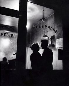"""Romance à Belleville – Paris, 1947"", fotografia de Willy Ronis. Veja também: http://semioticas1.blogspot.com.br/2013/12/robert-capa-em-cores.html ."