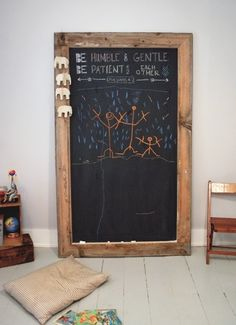 Make A Giant Schoolbord voor uw Kid's : Super mooi ook voor de keuken! U zult de volgende materialen nodig: groot stuk triplex teruggewonnen hout krijtbord verf kwast of roller verfdienblad cirkelzaag schroef pistool schroeven houtlijm