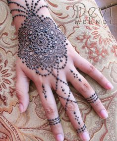 These stuning simple mehndi designs will suits you on every occassion. In Indian culture, mehndi is very important. On every auspicious occasion, women apply mehndi to show the importance of the occasion. Mehndi Tattoo, Et Tattoo, Tattoo Hals, Lace Tattoo, Henna Mehndi, Tattoo Neck, Mandala Tattoo, Mehandi Designs, Henna Tattoo Designs