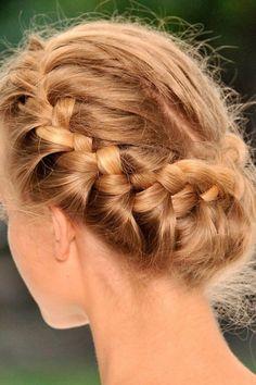 Yunan Saç Örgüsü ve Örgülü Saç Stilleri - Saçı üst kısmından sağ ve sola ayırın.