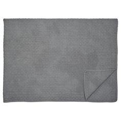 Traumhaft schön ist diese hochwertige dunkelgraue Steppdecke von Greengate. Die große Decke eignet sich als Überwurf fürs Bett, als Kuscheldecke fürs Sofa oder auch als Krabbeldecke für die ganz Kleinen. Praktisch: In der Waschmaschine waschbar. Die Decke finden Sie bei uns in verschiedenen Farben und den typischen Greengate Mustern. #presents #geschenke #home #living #design #geschenkidee