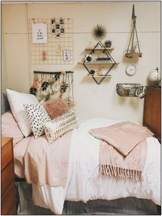 College bedroom apartment - 62 cute dorm rooms that you need to copy this semester 14 Cool Dorm Rooms, College Dorm Rooms, College Apartments, Pink Dorm Rooms, College Room Decor, Pink Room, Dorm Room Wall Decorations, Apartment Ideas College, Dorms Decor
