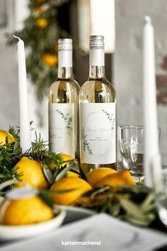 Weinflaschen zur Hochzeit mit personalisierten Weinetiketten im Boho Greenery Design! So wird der Hochzeitswein ein Highlight eurer romantischen Dekoraton. Wine, Table Decorations, Boho, Bottle, Design, Wine Bottles, Bottle Labels, Geometric Shapes, Invitation Cards