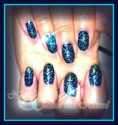 Blauw glitter gel polish met zwarte rozen