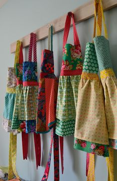 The Mint Needle: Little Aprons for Little People Toddler Apron, Kids Apron, Sewing Aprons, Sewing Clothes, Craft Fair Ideas To Sell, Sewing Hacks, Sewing Projects, Textile Dyeing, Childrens Aprons