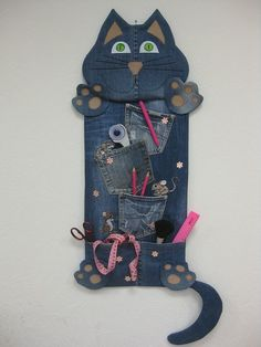Clever Trick To CreateDenim Potholders - repurposed jeans Jean Crafts, Denim Crafts, Diy And Crafts, Upcycled Crafts, Fabric Crafts, Sewing Crafts, Sewing Projects, Diy Jeans, Artisanats Denim