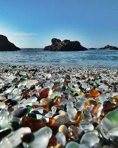 La plage de verre de Fort Bragg en Californie