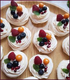 Mini Pavlova, Raspberry Recipes, Cherry Recipes, Cream Recipes, Fruit Recipes, Pavlova Toppings, Meringue Desserts, Köstliche Desserts, Sweets