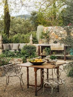 36 Awesome Mediterranean Outdoor Living Ideas - The trend in home and garden decor in the last few years has without a doubt been towards Italian/Tuscan themed areas. In large part, this is tied in . Outdoor Areas, Outdoor Rooms, Outdoor Dining, Outdoor Kitchens, Mediterranean Garden Design, Tuscan Garden, Mediterranean Outdoor Decor, Tuscan Courtyard, Backyard Patio
