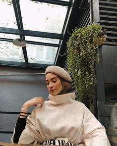 Some great ideas to make your hijab as you best winter outfits are presented here. These tips will lead you to enjoy your warm winter hijabs while being stylish. Street Hijab Fashion, Muslim Fashion, Modest Fashion, Trendy Fashion, Fashion Models, Fashion Outfits, India Fashion, Dress Fashion, Retro Fashion