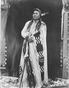 Nez Perce Chief Joseph poses in blanket outdoors, 1901 :: American Indians of the Pacific Northwest -- Image Portion Native American Quotes, Native American Beauty, Native American Tribes, Native American History, American Indians, Chief Joseph, Joseph Joseph, Native Indian, Indian Tribes