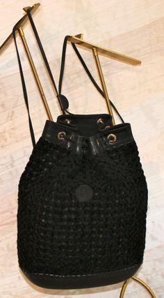 Zaino vintage FENDI Sas in rete di ciniglia doppiata in tessuto. Profili in vacchetta nera, fondo opaca impunturato in pelle, Chiusura-manici a stringa.