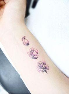 hier finden sie drei kleine pinke rosen ideen für kleine tätowierungen auf handgelenk