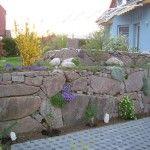 Découvrez quelles sont les solutions pour retenir la terre dans le cas d'un jardin en pente ou d'un talus. Pierre, bois, béton, gabion... tout est expliqué! Stone Masonry, Backyard, Patio, Walkway, Gardening Tips, Natural Stones, Garden Design, Waterfall, Stone Walls