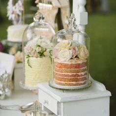 Original wedding dessert table decor. Decoración de mesas de dulces para bodas originales y elegantes.