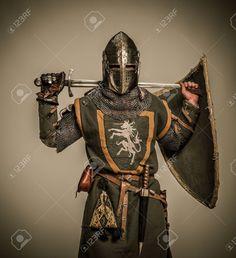 Chevalier Médiéval Avec Une épée Banque D'Images Et Photos Libres De Droits. Pic 15599718.