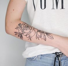 Tää on ehkä paras! Makeup Tattoos, Arm Tattoos, Mini Tattoos, Flower Tattoos, Body Art Tattoos, Sleeve Tattoos, Flower Outline Tattoo, Small Girl Tattoos, Tattoos For Guys