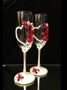 Continue to make your own side table lamp utilizing an upcycled wine box. Champaign Glasses, Wedding Wine Glasses, Wedding Champagne Flutes, Decorated Wine Glasses, Painted Wine Glasses, Wine Glass Crafts, Wine Bottle Crafts, Rose In A Glass, Easy Homemade Gifts