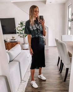 Slip Dress Outfit, Midi Skirt Outfit, Skirt Outfits, Slip Dress Tshirt, Tshirt Dress Outfit, Zapatillas Veja, Look Rock Chic, Looks Baskets, Skirt And Sneakers