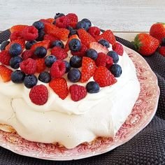 Grote meringue met fruit en room Meringue, Pavlova, Cheesecake, Food And Drink, Fruit, Desserts, Kitchen, Cooking, Merengue