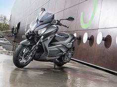 Yamaha X-MAX 400 MOMODESIGN: lo stile italiano e la tecnologia giapponese si uniscono – video