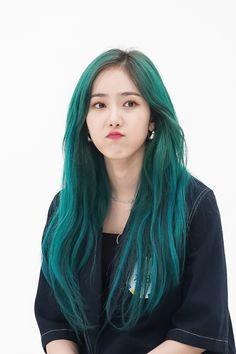Green Hair Girl, Girl Hair Colors, Kpop Girl Groups, Kpop Girls, Kpop Hair Color, Korean Hair Color Ombre, K Pop, Sinb Gfriend, Bare Face