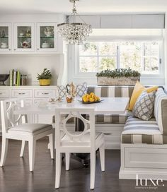Transitional White Breakfast Nook with Striped Banquette Seating - Luxe Interiors + Design Kitchen Booths, Kitchen Seating, Kitchen Benches, Kitchen Nook, New Kitchen, Corner Booth Kitchen Table, Nook Table, Kitchen Banquette Ideas, Corner Banquette