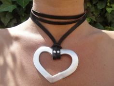 PRICE: 14€  Long necklace with two positions, long or rolled on choker. The heart pendant is an old silver-plated metal, measures 7 x 5.5 cm (275 x216). Leather cord is tan, purple, brown or black. The cord length is 56 cm (2204 ).  Optional with Swarovski crystals, please specify in order.  The product is sent by registered mail in a bubble envelope. The national delivery time is 7 to 10 days, rest of Europe from 10 to 15 days and to America and Asia from 15 to 20 days…