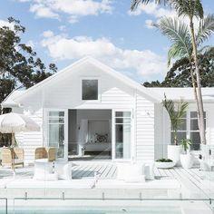 New modern beach house australia decks Ideas White Exterior Houses, Modern Exterior, Exterior Paint, Beach Cottage Style, Beach House Decor, Style At Home, Living Pool, Weatherboard House, Australian Homes