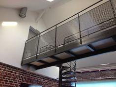 Voici un moment que je n'ai pas posté d'article mais les travaux ont bien avancé. L'escalier helicoidal en métal a été préparé en atelier...