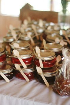 40 Amazing Family Reunion Ideas - From a taco bar to a salad catering, plus decoration and game ideas! Here is all you need for your next family get-together. Enjoy your next fiesta! Family Reunion Favors, Family Reunion Activities, Family Reunions, Youth Activities, Family Reunion Recipes, Family Reunion Decorations, Family Gatherings, Mason Jar Desserts, Mason Jars