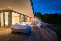 Luxus Outdoormöbel in modernem Design. FAZ Loungemöbel der Marke Vondom. Eckgarnitur mit Sessel & Tisch. Architektur und Möblierungsplanung bei LVNG360.