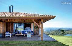 A madeira de demolição foi a escolha para o projeto desse lar, que fica em meio a natureza. O material ganhou ainda mais destaque por conta dos detalhes em azul e isso fez com que a casa ficasse mais aconchegante.