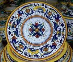 Servizio di piatti di ceramica dip.a mano. Decorazione- #RiccoDeruta #Italy http://ceramicamia.blogspot.it/2009/03/ricco-deruta-nellarte-della-decorazione.html#