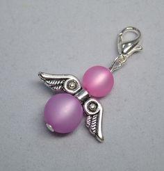 Bei diesem einzigartigen (Ketten-)Anhänger handelt es sich um ein ägyptisches Engelchen aus rosa / lila Polarisperlen. Bei diesem selbstgemachten / handgemachten Perlenschmuck, wurden rosa / lila Polarisperlen und ägyptische Flügel verarbeitet. Man kann den Engel sowohl als Wechselschmuck an Halsketten, als Anhänger (zB. an Taschen), wie auch als Charm für Armbänder nutzen. --- aus unserem Dawanda Onlineshop auf: www.schmuck-mg.com Safety Pin Jewelry, Wire Jewelry, Jewelry Crafts, Jewelery, Beaded Angels, Beaded Jewelry Patterns, Homemade Jewelry, Christmas Jewelry, Diy Earrings