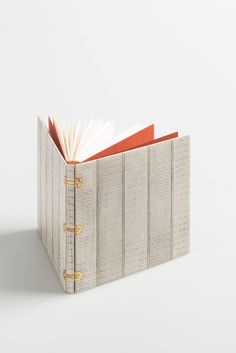 Design binding for La Tête Or, poème by Morina Mongin. Criss cross binding in leather by Benjamin Elbel. Photos © Michèle Garrec pour La Reliure Contemporaine