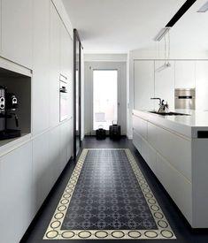 une-cuisine-en-longueur-avec-carrelage-comme-un-tapis. Küchen Design, Floor Design, Tile Design, House Design, Casa Santa Rita, Interior Design Kitchen, Interior Decorating, Cuisines Design, Kitchen Flooring