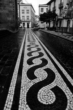 Traditional cobblestone work at São Miguel Island, Azores, Portugal. Mosaic Walkway, Pebble Mosaic, Mosaic Garden, Mosaic Art, Pavement Design, Stone Garden Paths, Paving Pattern, Paving Design, Paving Stones