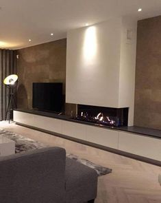Sfeervolle gashaard in moderne woonomgeving Home Fireplace, Modern Fireplace, Living Room With Fireplace, Fireplace Surrounds, Fireplace Design, Fireplace Ideas, New Living Room, Home And Living, Living Room Decor
